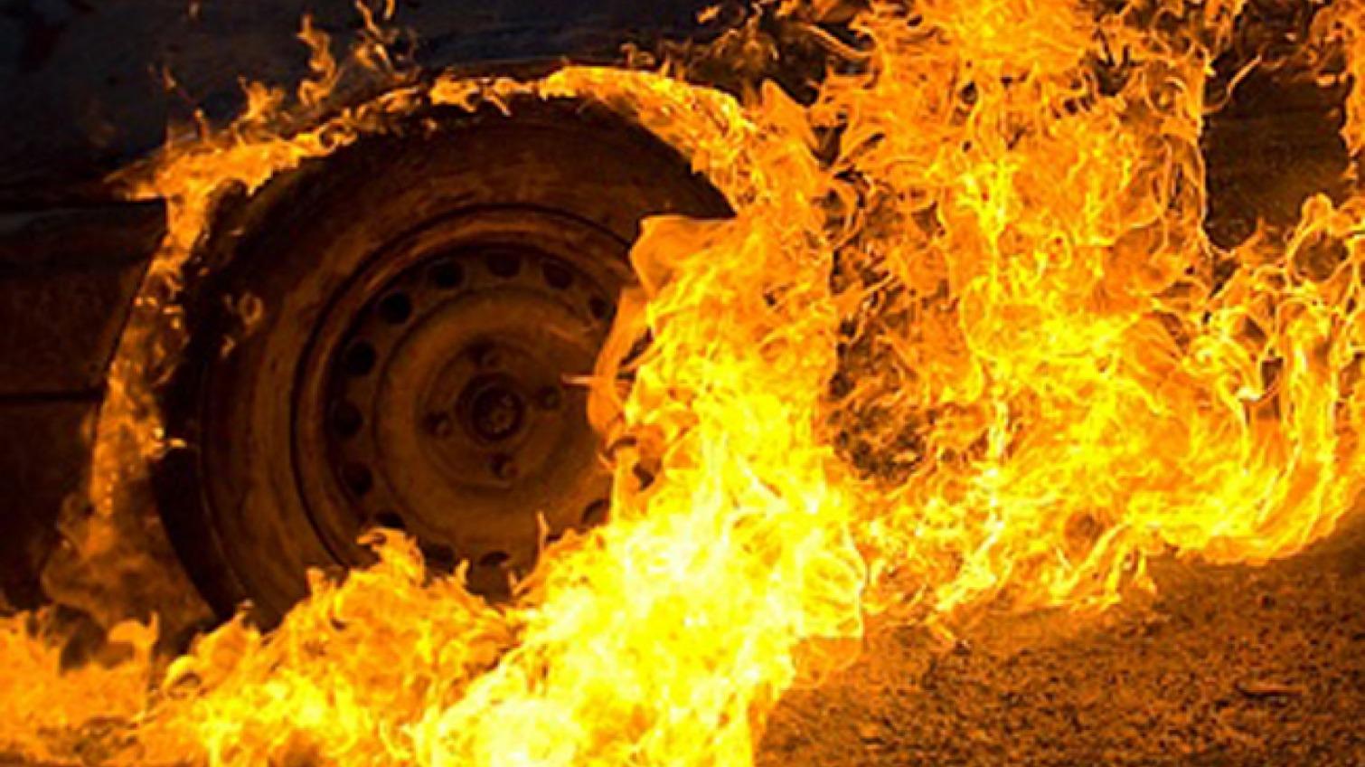 На проспекте Шевченко горел автомобиль: причина неизвестна (видео) «фото»