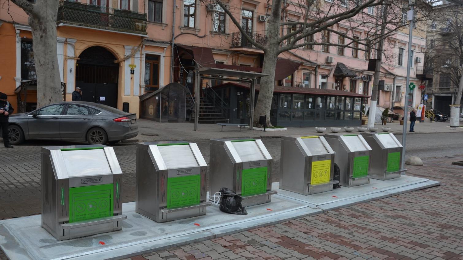 На Соборной площади установили подземные мусорные контейнеры (фото) «фото»