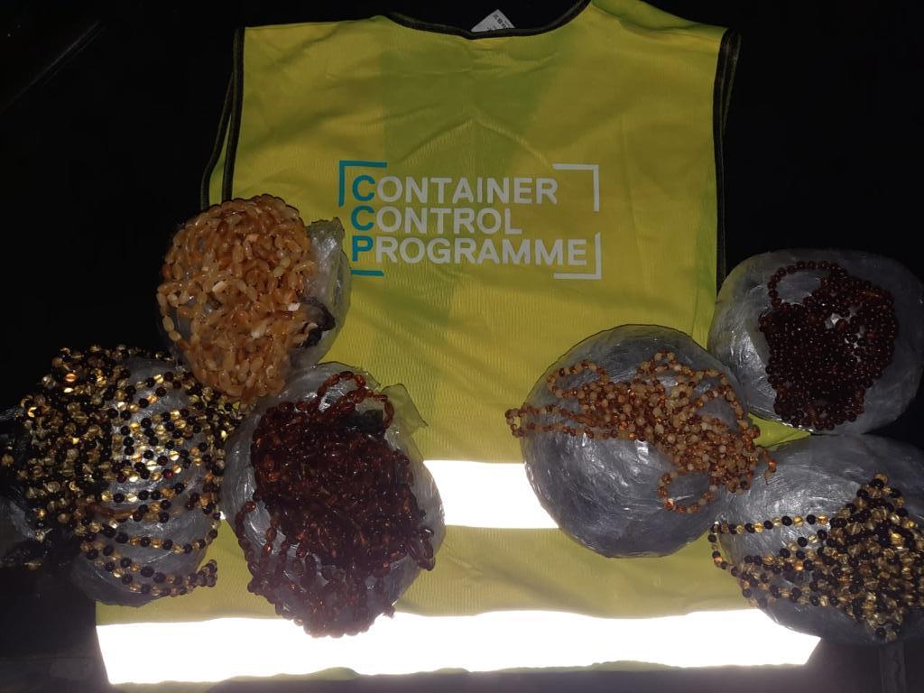 На Одесской таможне нашли более 5 кг контрабандного янтаря (фото, видео) «фото»