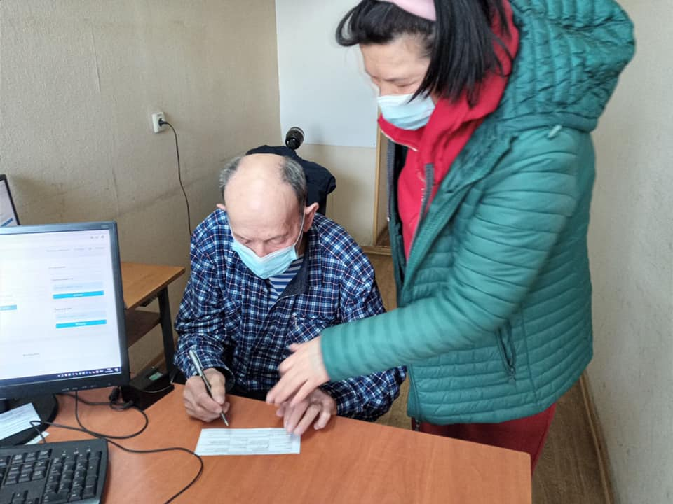 Пенсионер из Одесской области получил свой первый паспорт в 85 (фото)