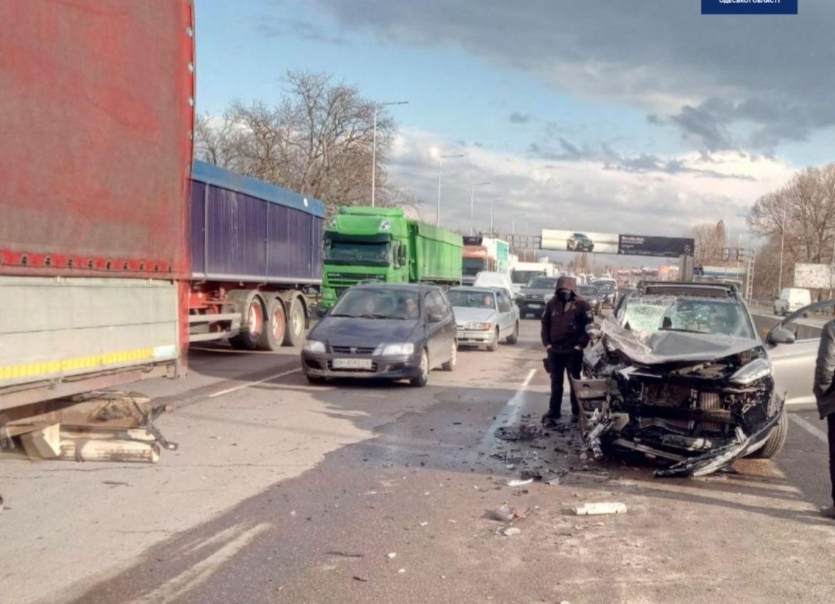 На Киевском шоссе легковушка столкнулась с грузовиком: есть пострадавшая (фото) «фото»