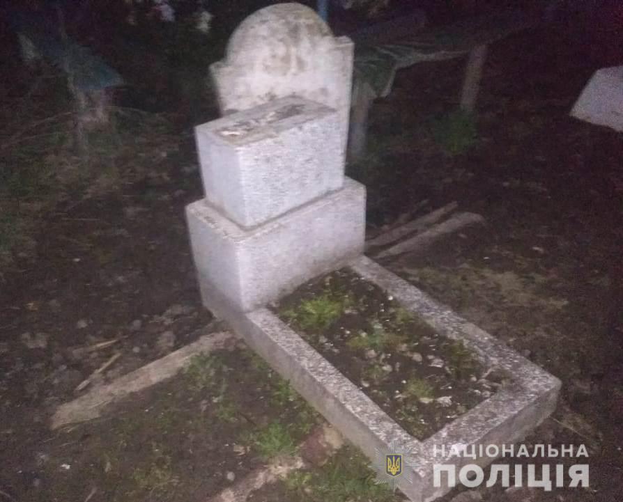 Под Подольском женщина и ее сын разрушили могилу ради металла (фото) «фото»
