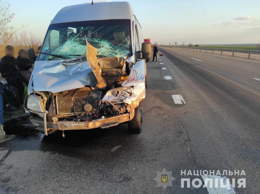 На трассе Киев – Одесса маршрутка столкнулась с фурой – пострадали пять человек (фото) «фото»