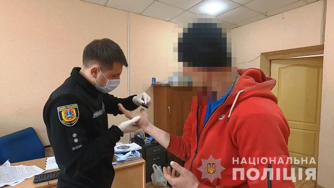 Ударил ножом в грудь: в Одессе за покушение задержали жителя Николаева (фото, видео) «фото»