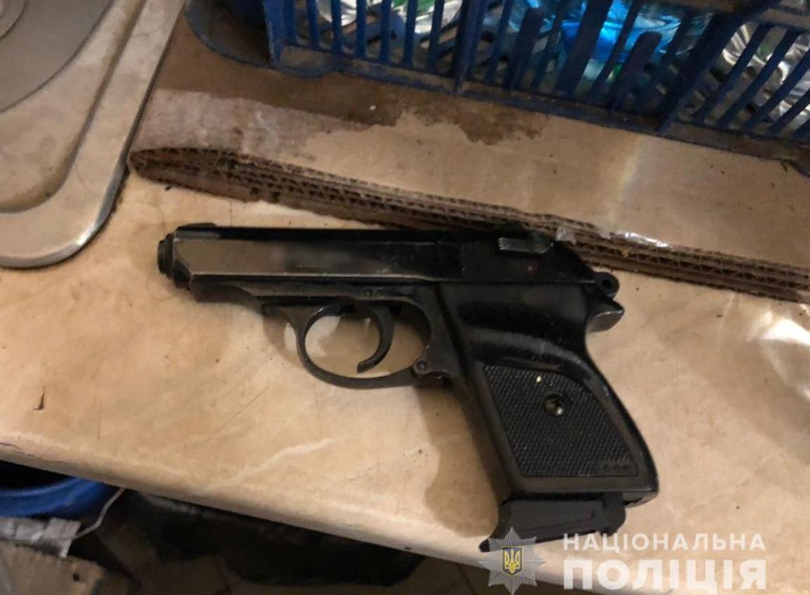 Угрожал врачу пистолетом из-за детского плача: в Одессе полиция задержала нервного отца «фото»