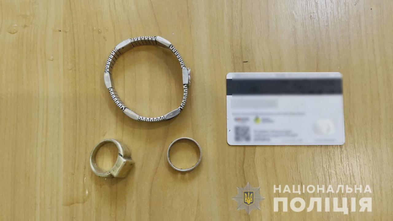 В Одессе иностранец с помощью пистолета отобрал у пенсионерки золотое кольцо (фото) «фото»