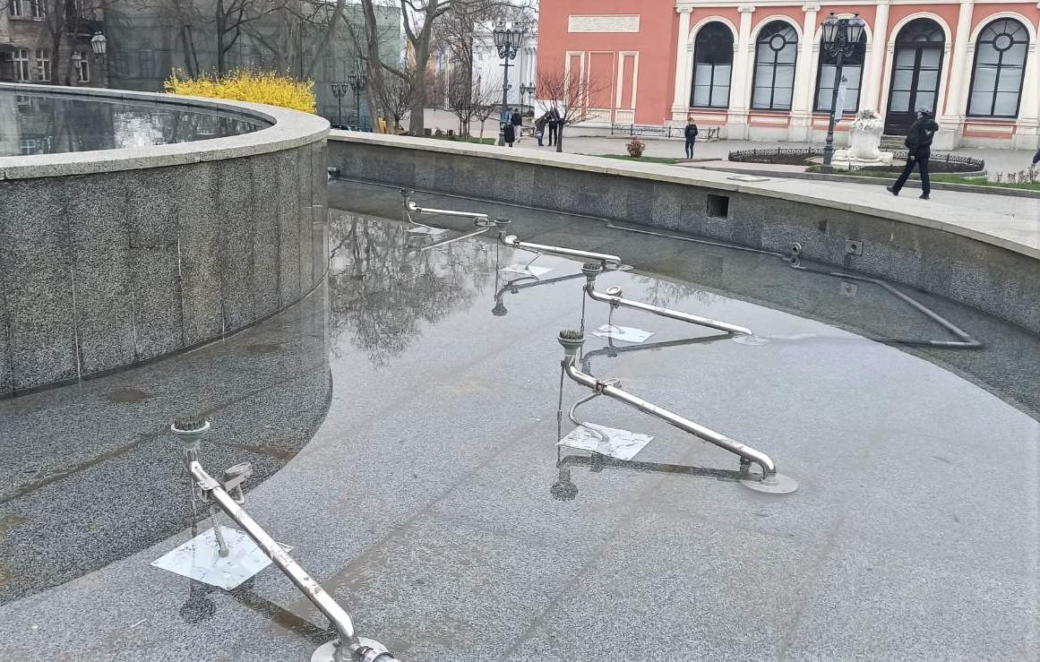 Вандалы повредили фонтан у Оперного (фото) «фото»