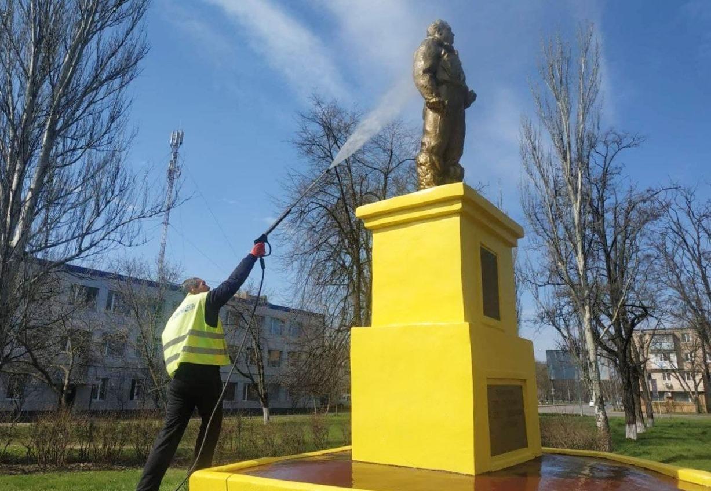 Одесские коммунальщики начали мыть городские памятники (фото) «фото»