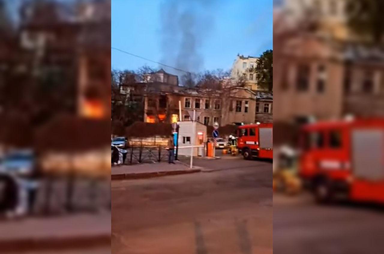 Возле одесского порта горит заброшенное здание (видео) «фото»