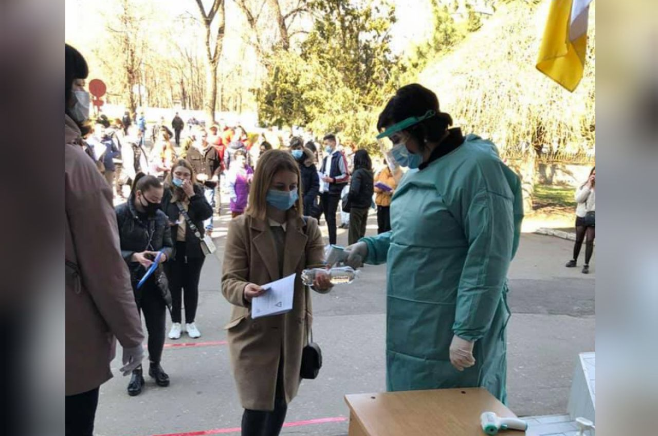 Почти 8 тысяч юных жителей Одесской области прошли пробное ВНО (фото) «фото»