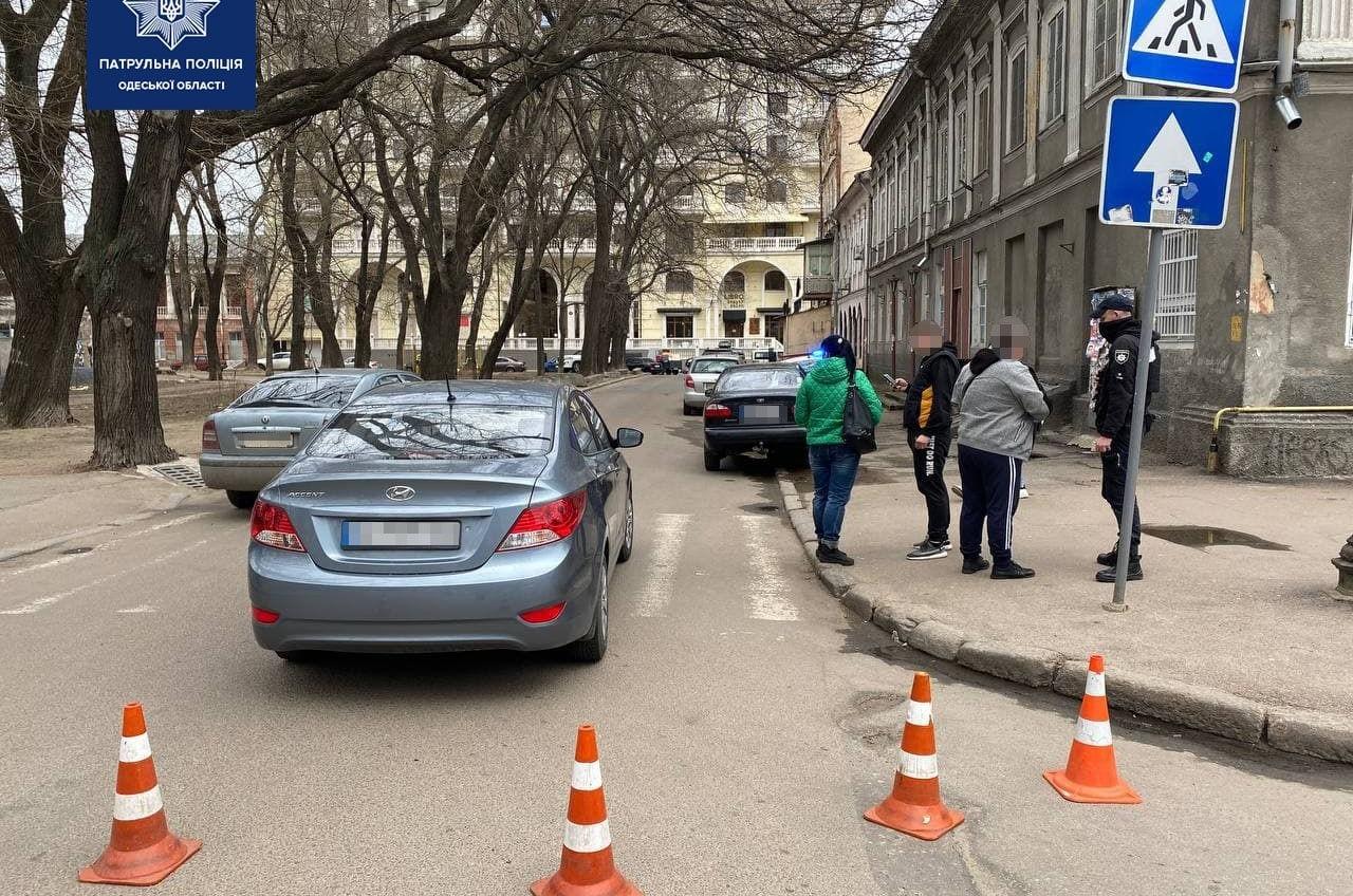 В Александровском сквере водитель сбил троих пешеходов и скрылся (фото) «фото»