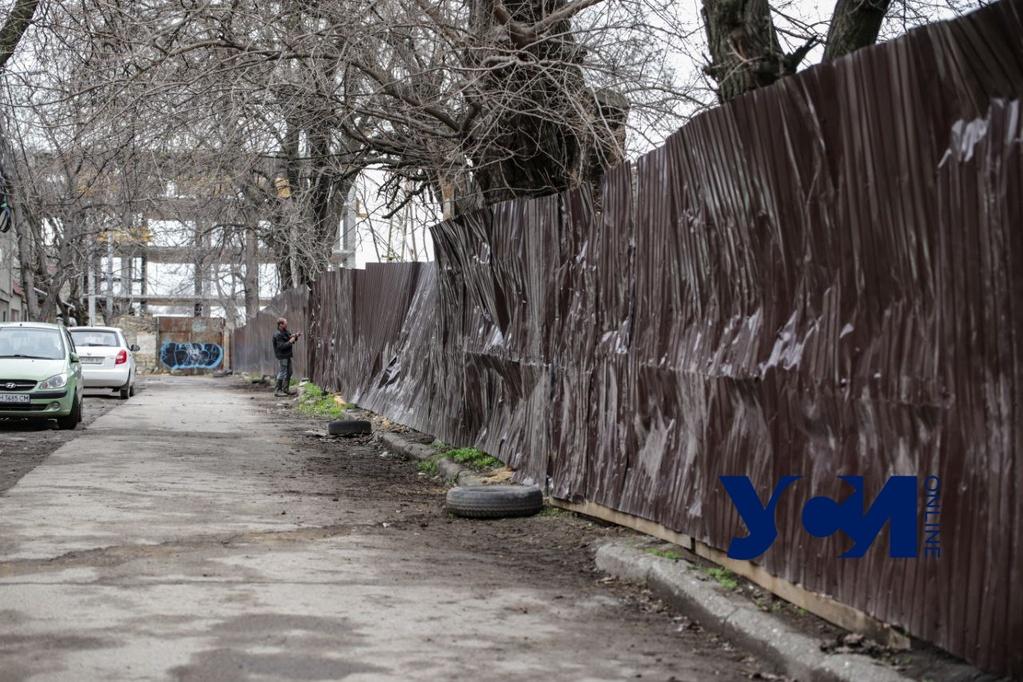 Активисты штурмовали незаконную стройку на Слободке: забор уже восстановили (фото) «фото»