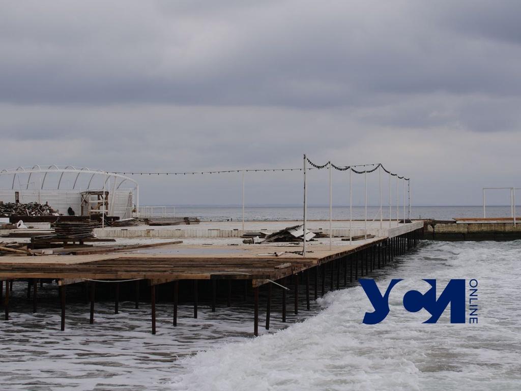 Настил над морем в Аркадии остался: рабочие исчезли вместе с чиновниками (фото) «фото»