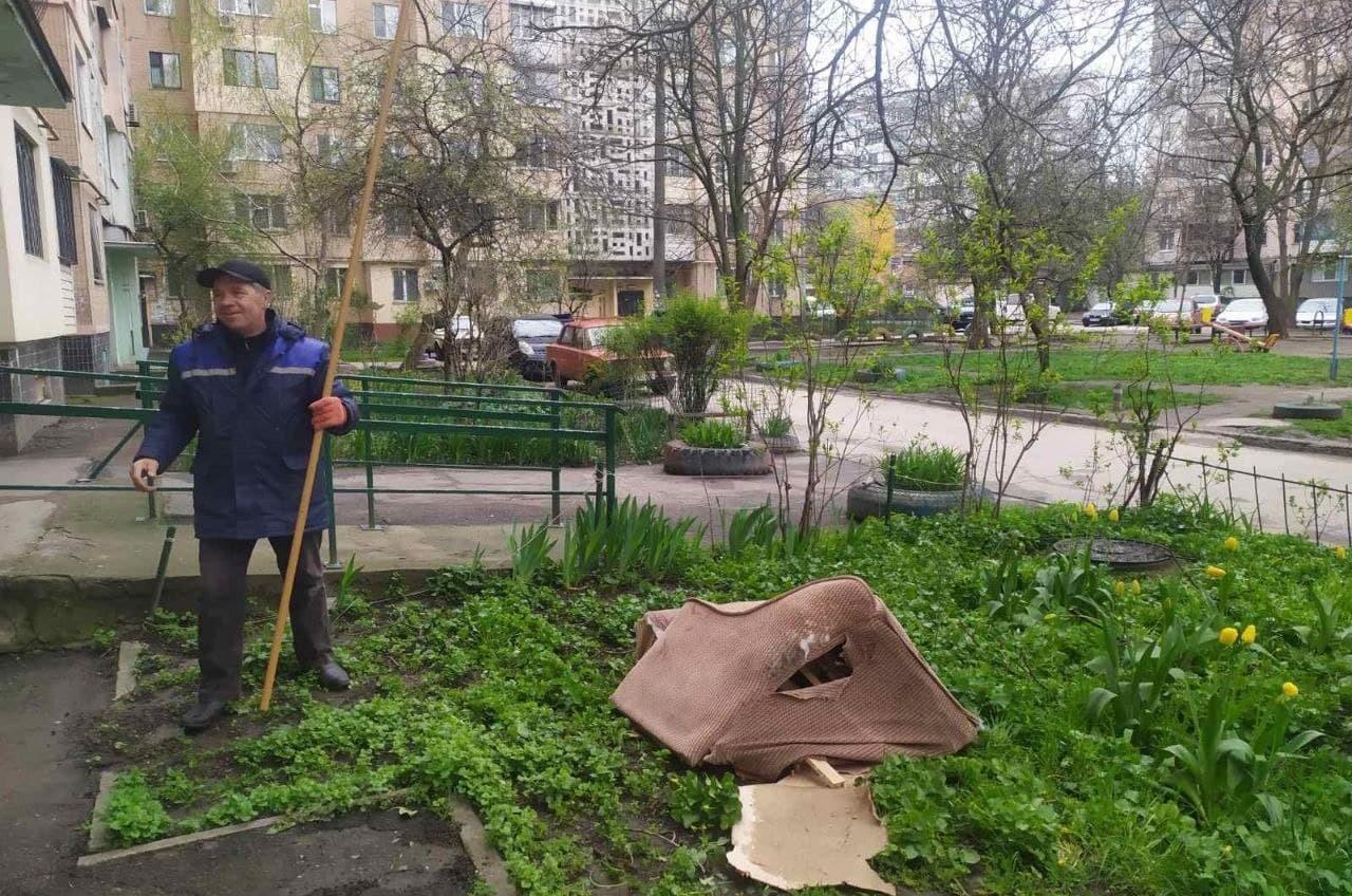 В Одессе «летающее» кресло приземлилось на дерево «фото»
