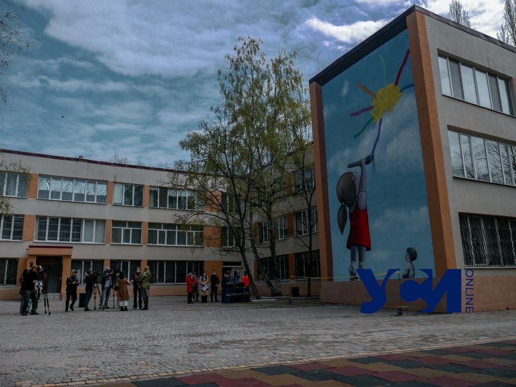 Девочка с солнцем: художник из Парижа завершил мурал на школе в Одессе (фото, аудио) «фото»