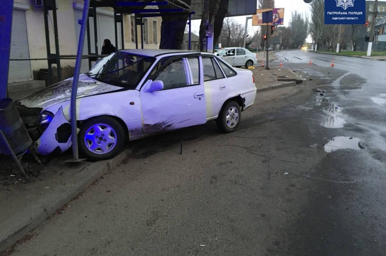 Утром на Пересыпи пьяный водитель влетел в остановку (фото) «фото»