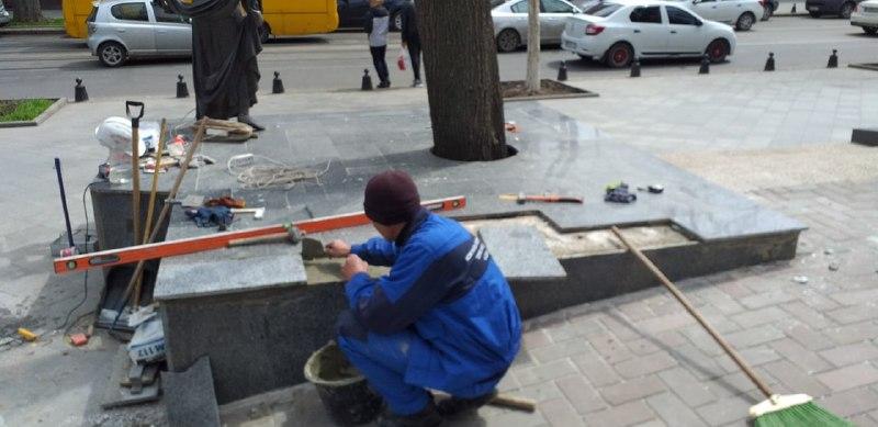 Вандалы повредили основание памятника Вере Холодной (фото) «фото»