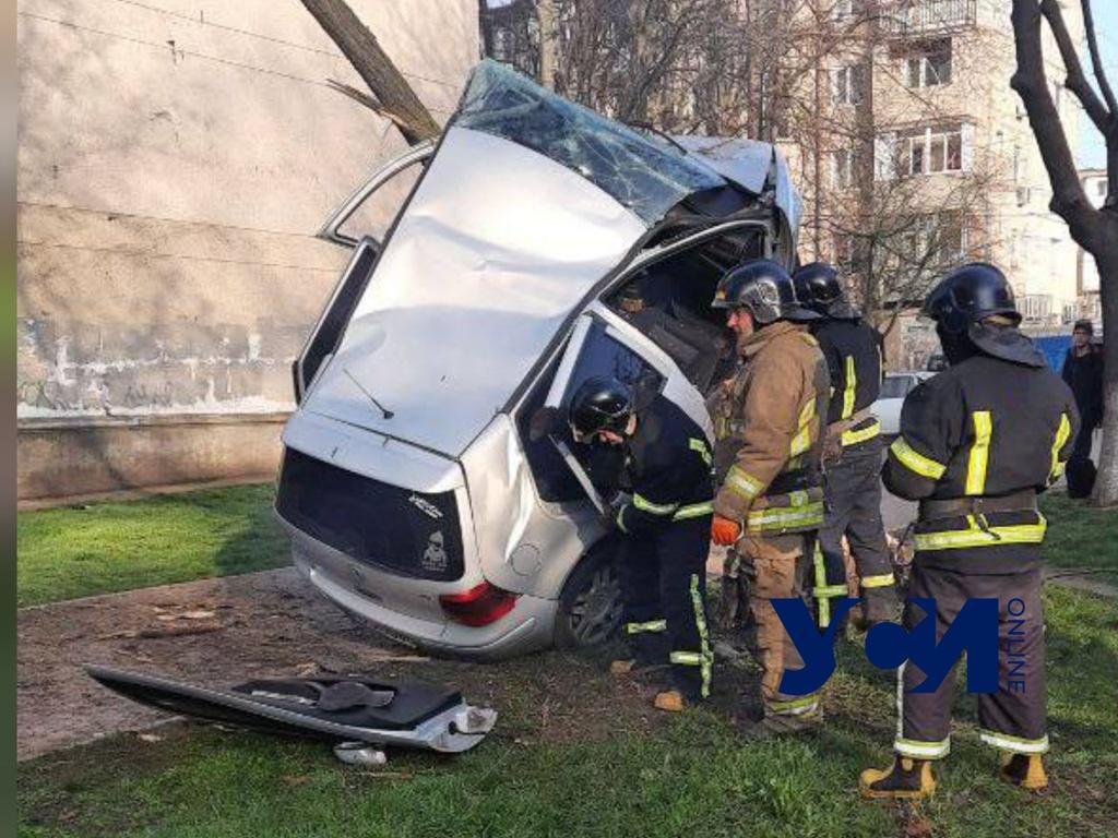 На Черемушках спасатели «вырезали» водителя из машины (фото) «фото»