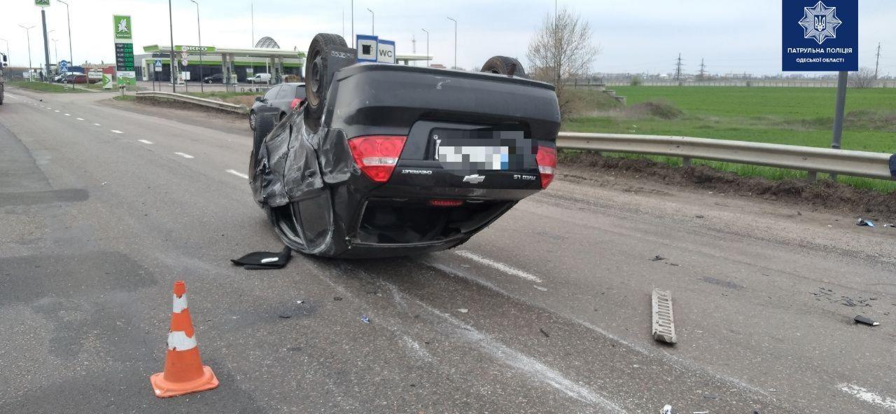 На Объездной от удара опрокинулся автомобиль (фото) «фото»