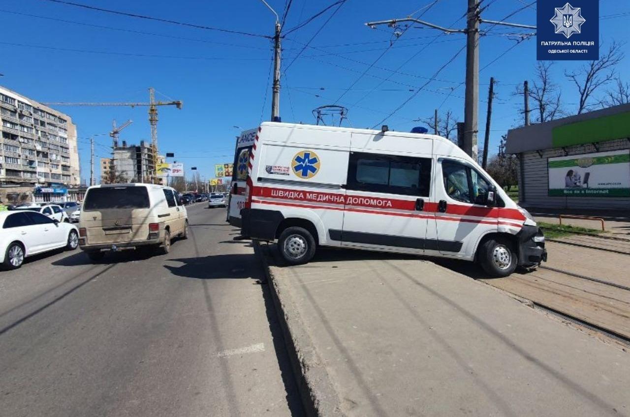 В Суворовском районе легковушка врезалась в скорую (фото) «фото»
