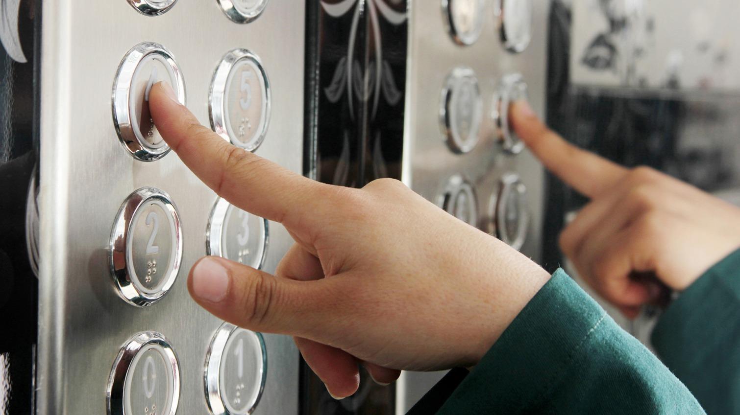 В Одессе оборвался лифт: спасли 8 человек (аудио) «фото»
