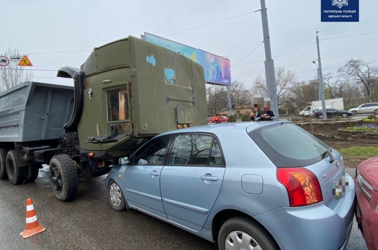 Кабина грузовика опрокинулась на легковушку после столкновения на Рихтера (фото) «фото»