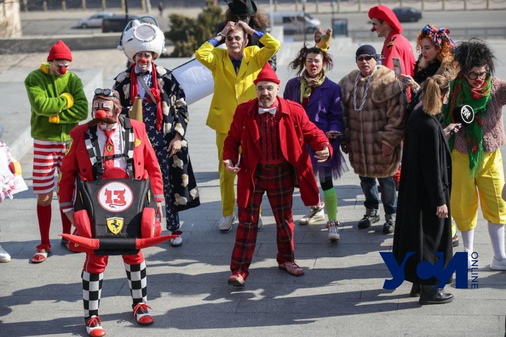 Перформанс от клоунов: в Одессе проводят альтернативную юморину (фото, видео) «фото»