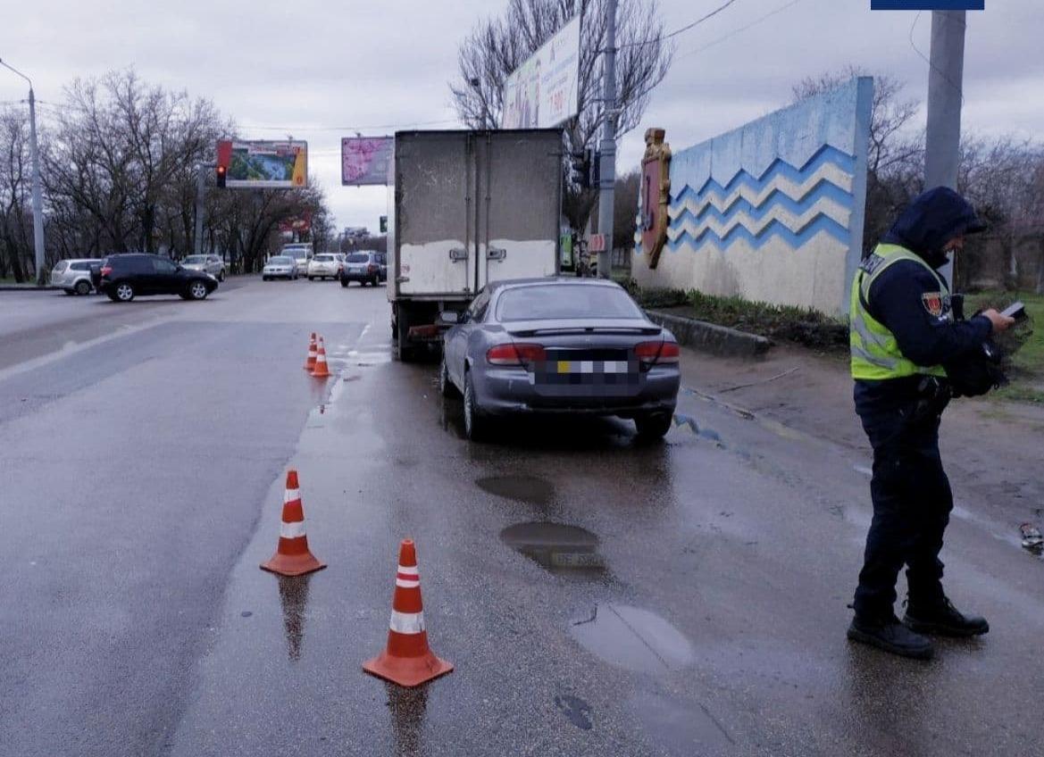 В Малиновском районе легковушка врезалась в грузовик: есть пострадавшая (фото) «фото»