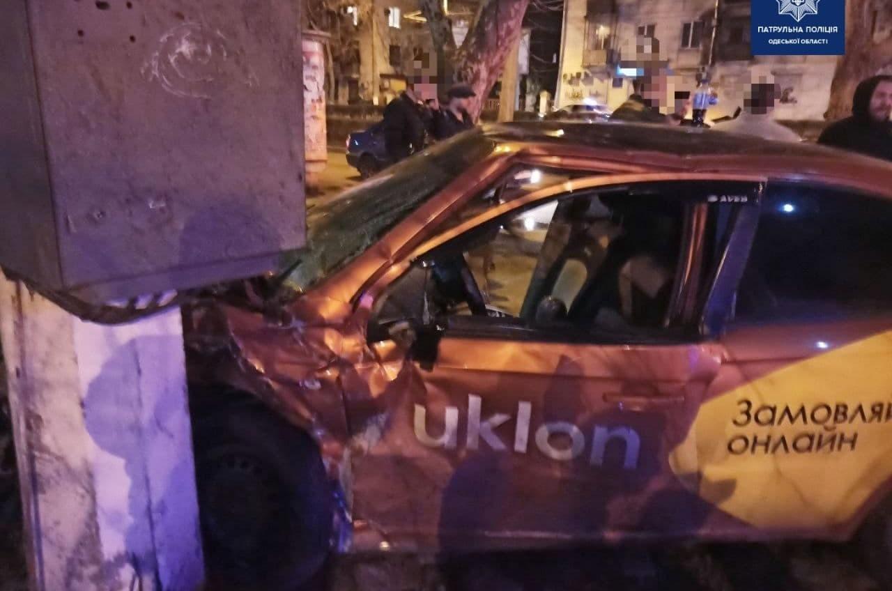 На Краснова такси столкнулось с легковушкой: три человека в больнице (фото) «фото»