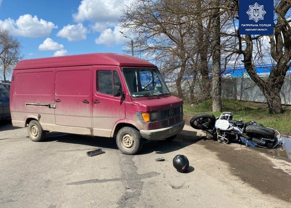 В Одессе микроавтобус сбил мотоциклиста «фото»