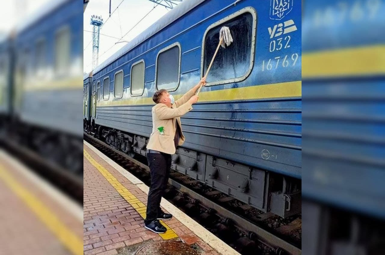 Не выдержал: датчанин помыл окно поезда Киев — Измаил «фото»