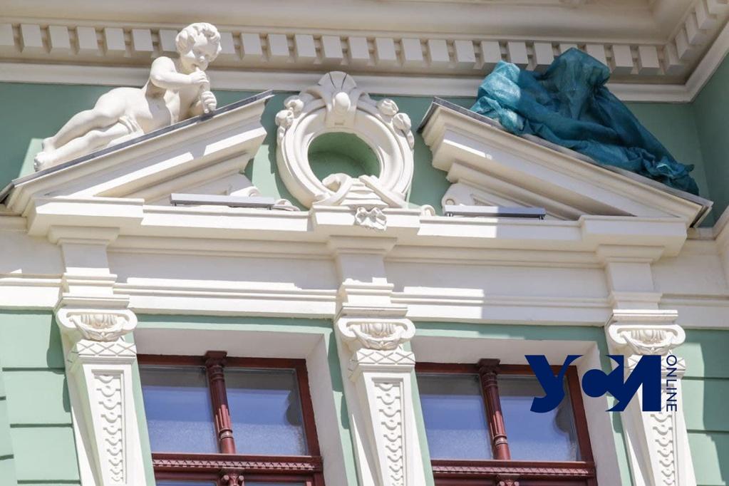 «Прикрыли срам»: скульптуру-бутылку убрали с дома Руссова (фото) «фото»