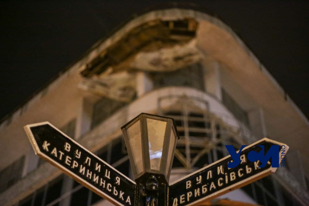 В центре Одессы обрушился фасад здания (фото) «фото»