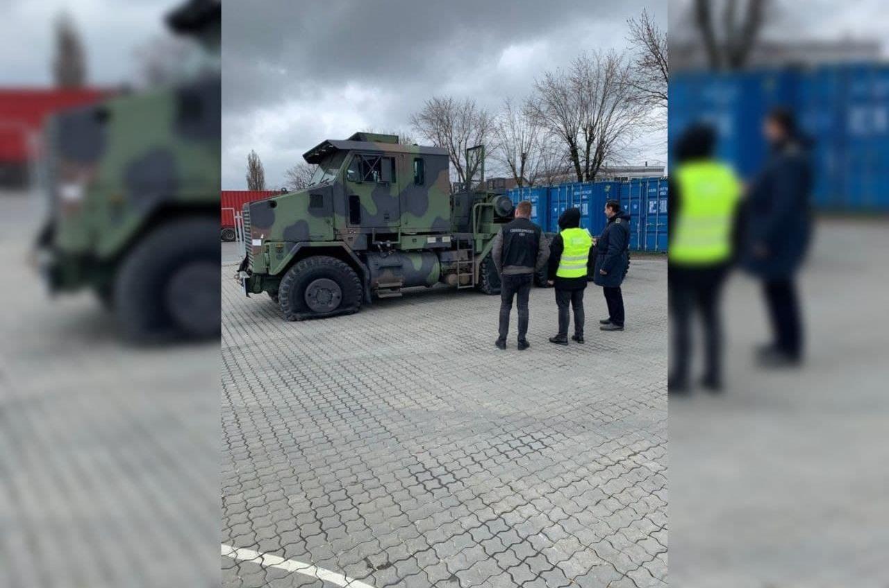 Тягач для Abrams: Одесская таможня не пропустила транспортер американского танка (фото) «фото»