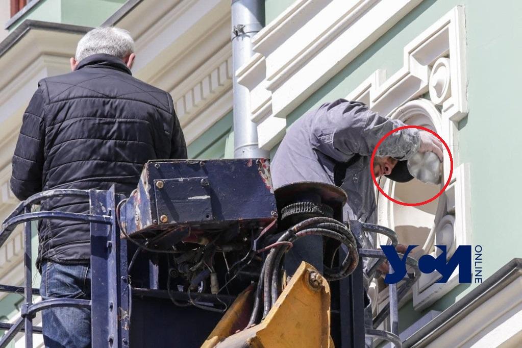 На доме Руссова восстанавливают скульптуру: замечена бутылка (фото) «фото»