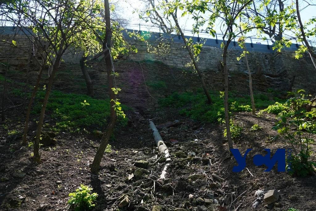 В центре Одессы канализацию врезали в ливневку и выпустили на склон (фото) «фото»