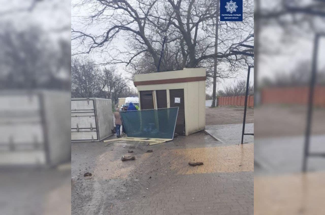 На Неждановой грузовик врезался в киоск и перевернулся (фото) «фото»