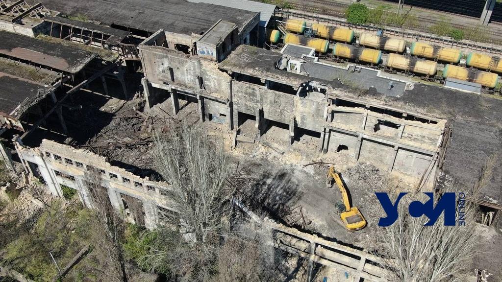 Комплекс-руины на Приморской разбирают строительной техникой (фото) «фото»