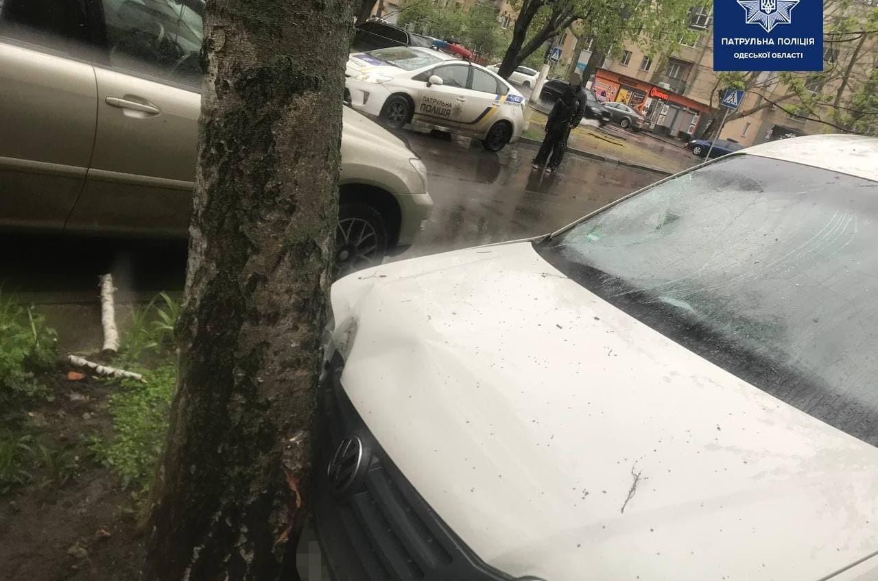 На Сегедской иномарка вылетела на тротуар и сбила пешехода (фото) «фото»