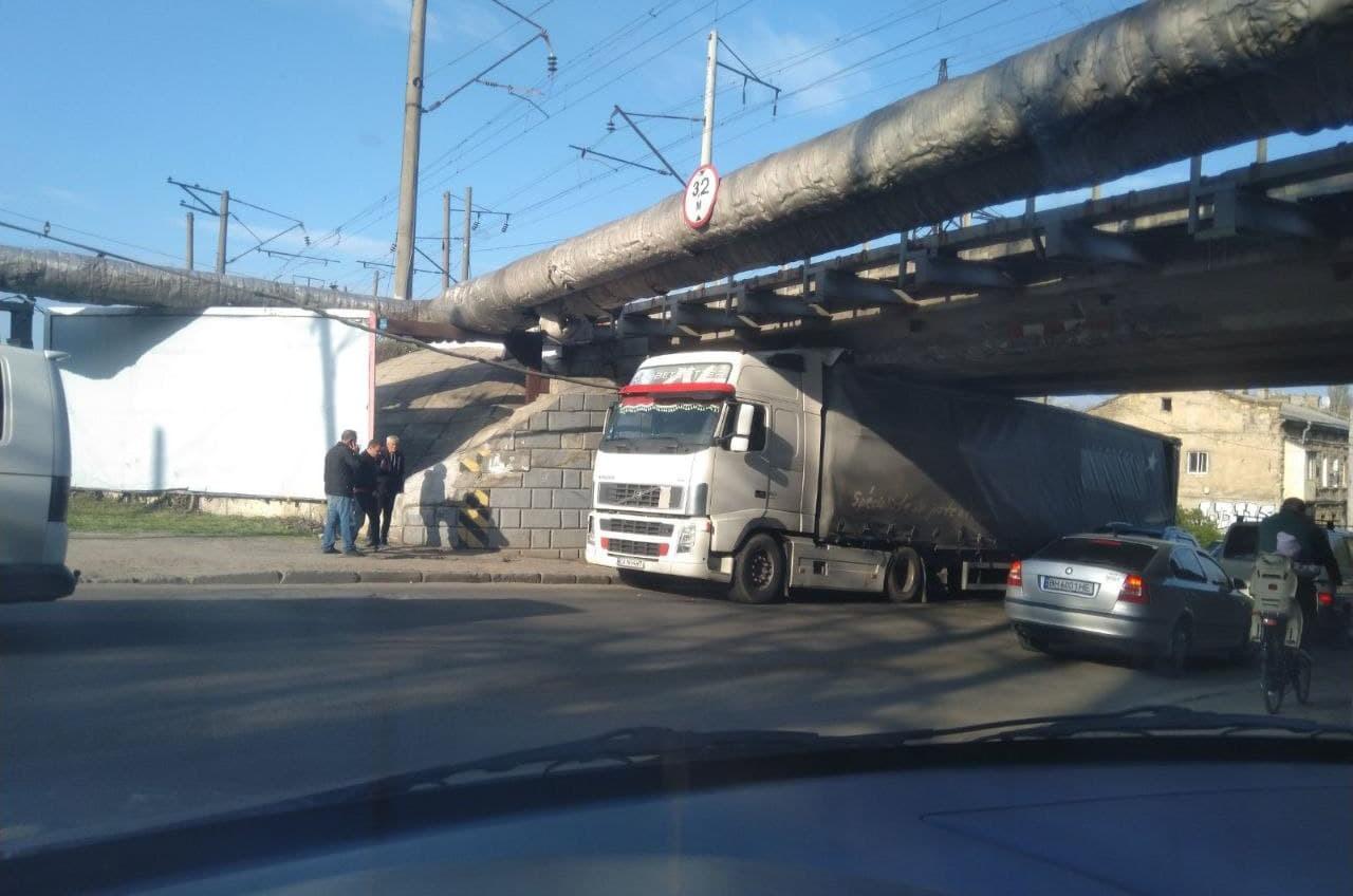 На Краснослободской фура застряла под мостом «фото»