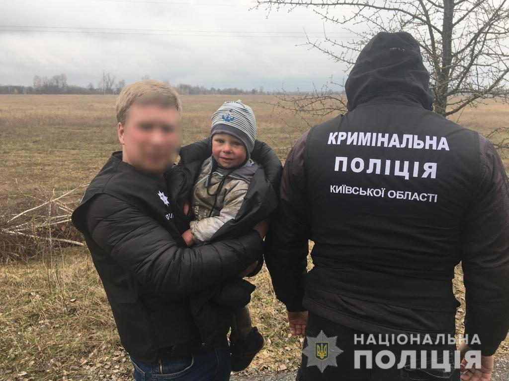 Малыш ночевал в лесу: под Киевом живым нашли пропавшего двухлетнего мальчика «фото»