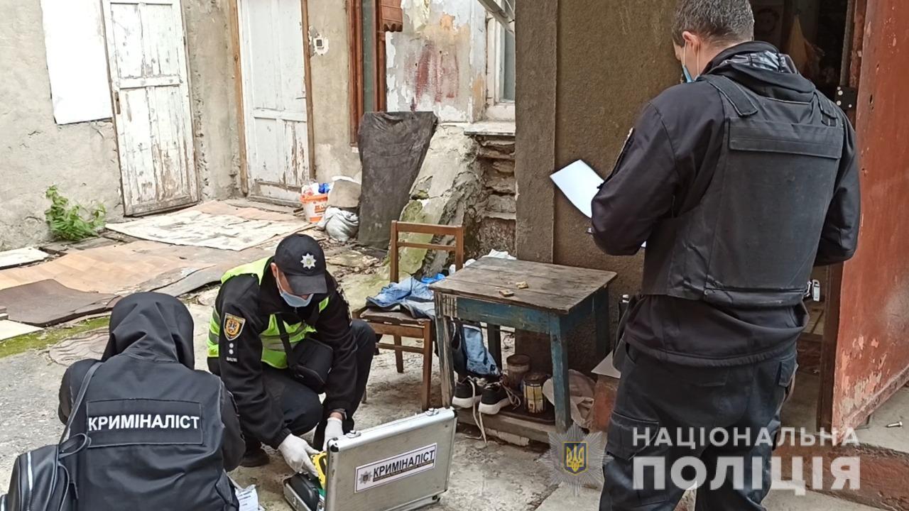 Одессита, пустившего в дом незнакомцев, нашли мертвым внутри дивана (фото, видео) «фото»