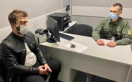 В Одесском аэропорту иностранец предлагал взятку 200 долларов, чтобы попасть в Украину (фото) «фото»