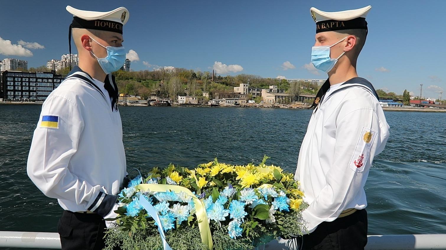 В честь погибших моряков в Одессе возложили венок на воду (фото) «фото»