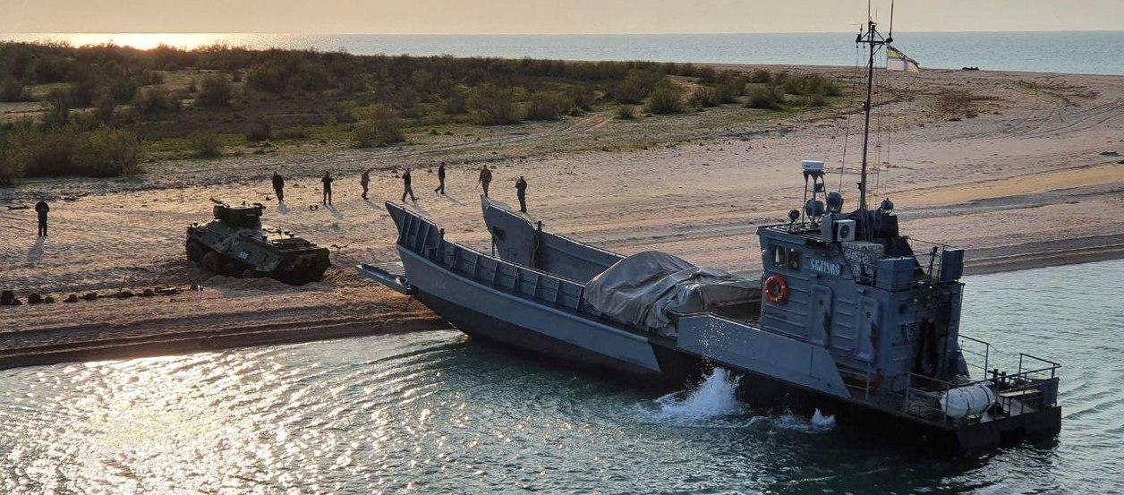 ВМС Украины провели стрельбы в Черном море и десантировались на берег (фото) «фото»
