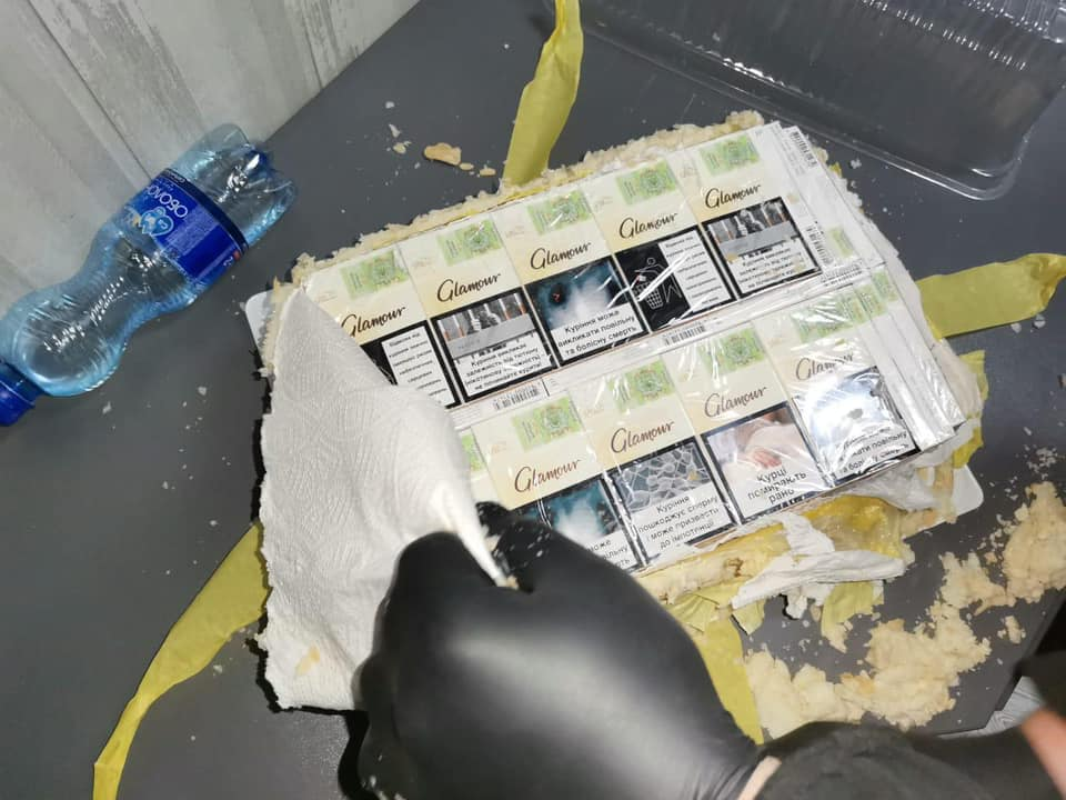 Через границу с Румынией передали торт из контрабандных сигарет (фото) «фото»