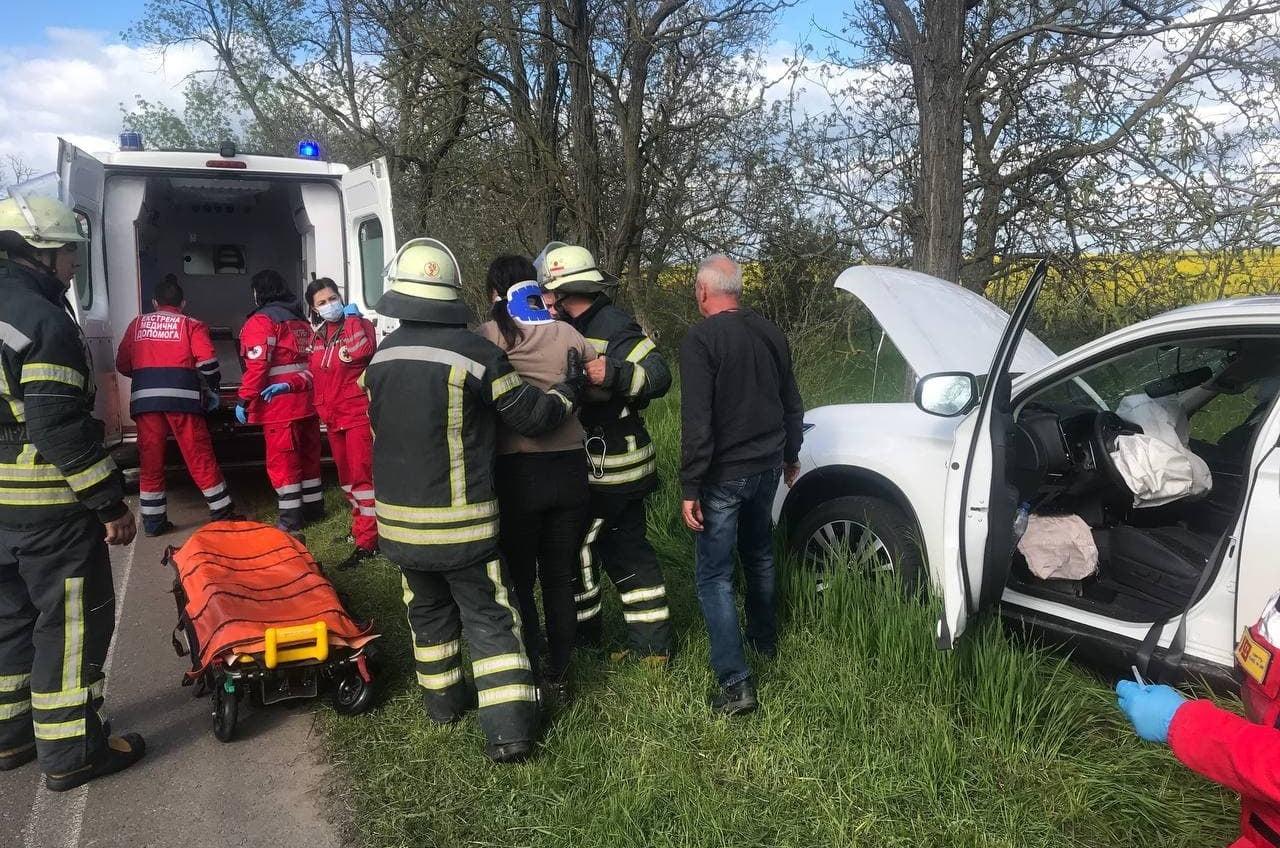 ДТП в Одесской области: женщину из авто доставали спасатели (фото) «фото»