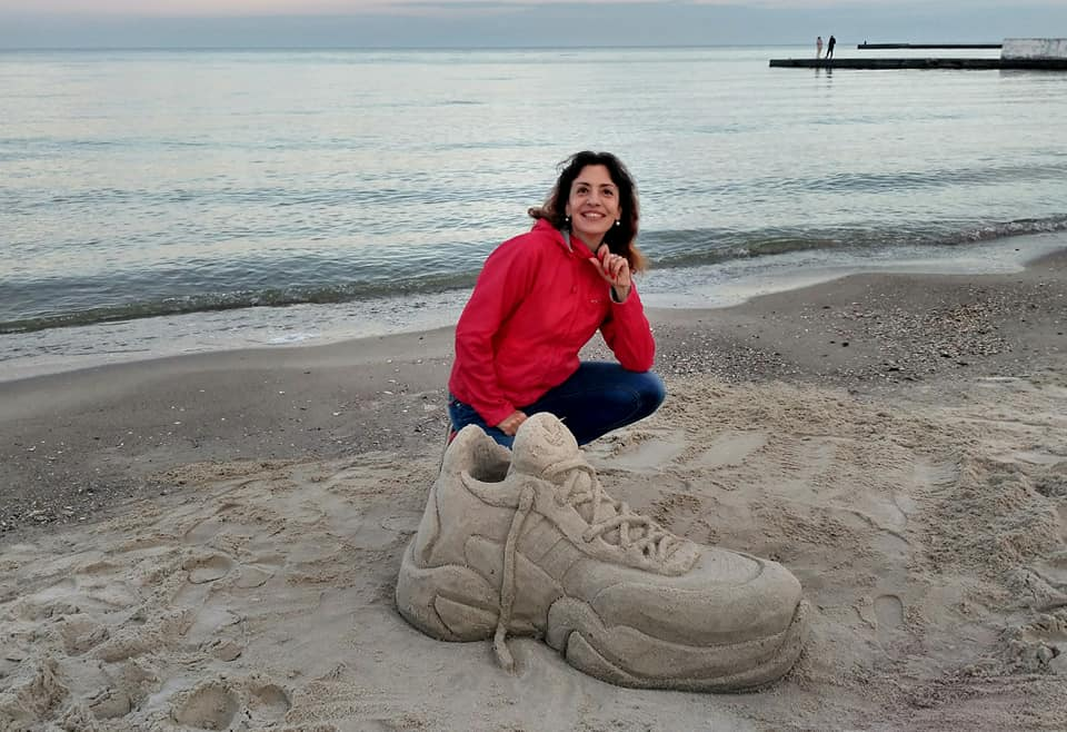 Одесситка создала на пляже гигантский кроссовок из песка (фото) «фото»