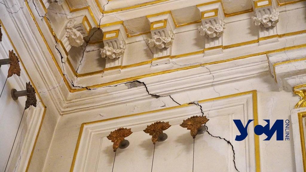 Трещины по позолоте и лепнине: Золотой зал Литмузея нужно «лечить» (фото, аудио) «фото»
