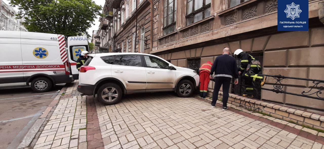 В центре Одессы девушка на авто сбила парковщика «фото»